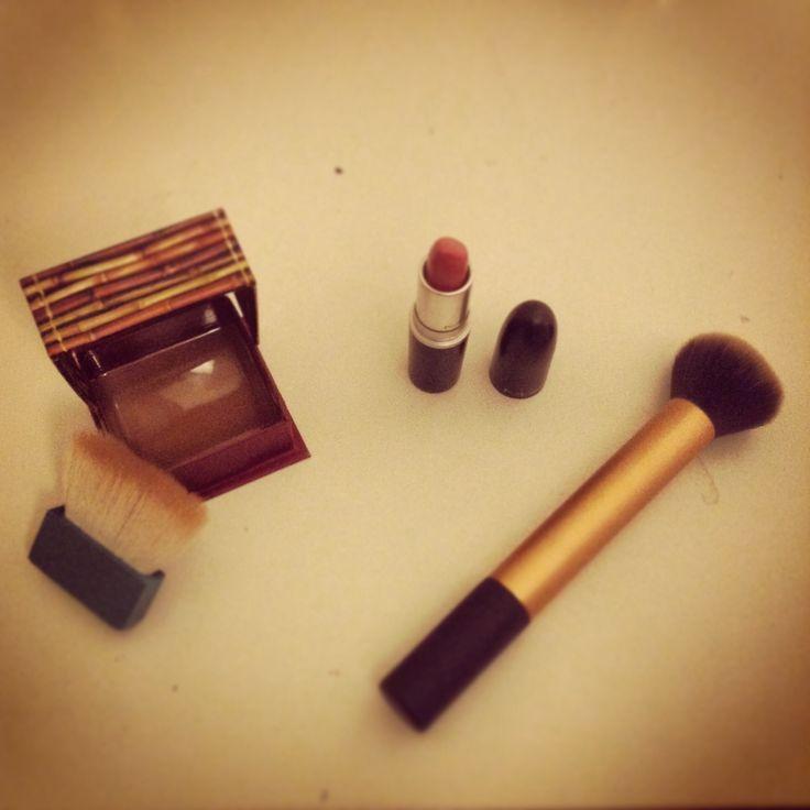 Bronzeur hoola bénéfit   rouge à lèvre please me MAC   pinceau poudre real technics by Samantha chapman