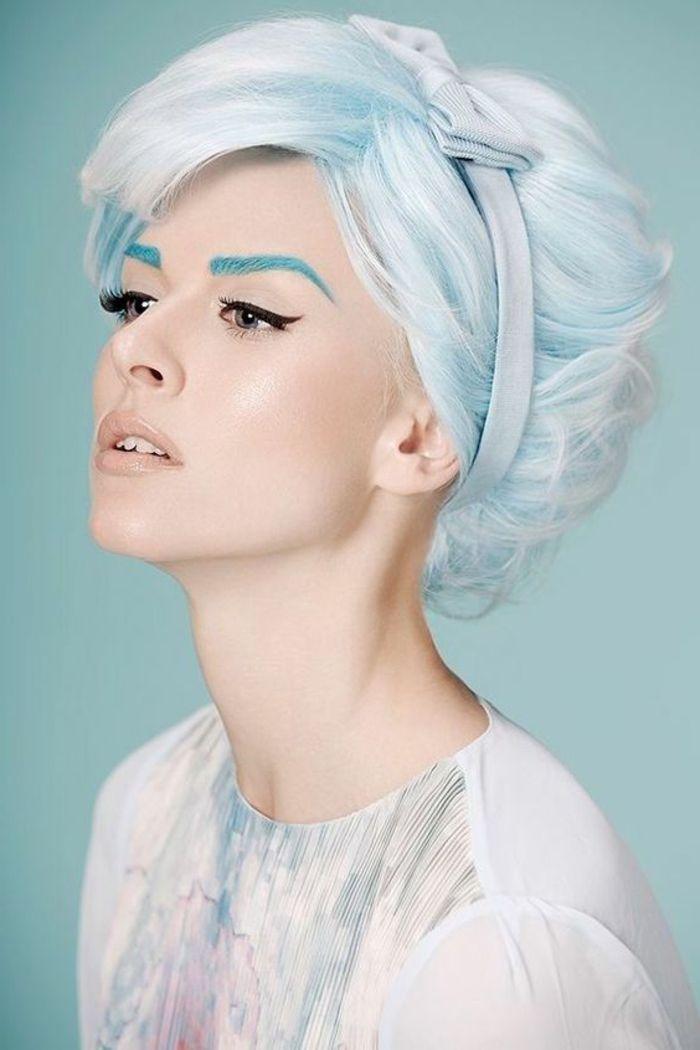 maquillage yeux marrons avec crayon noir et des sourcils maquillés en couleur bleue maquillage occasions spéciales