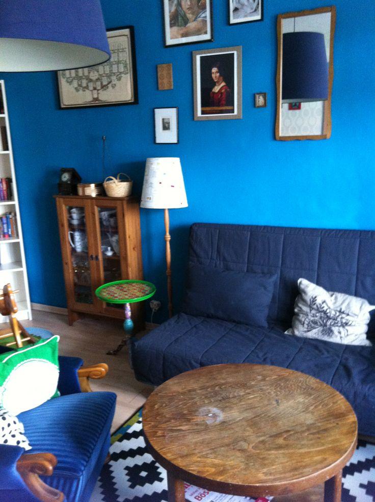 Der alte Tisch stammt von meinem Vater. Ich will ihn so lassen, wie er ist. Den Teppich habe ich von IKEA, mit gefiel der grün-blaue Rand, der farblich zu den restlichen Möbeln passt, aber vor allem habe ich ihn ausgesucht, weil er die Stimmung im Zimmer auflockert. Ich hatte auch einen Orientteppich zur Auswahl, aber dieser hätte schwer und dunkel gewirkt.