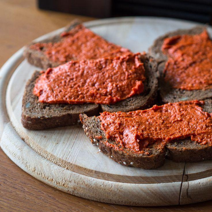 Filet Américain is al vele jaren super populair in Nederland. Het lijkt op steak tartare, maar dat is vaak een stuk grover en wordt meestal niet op brood gegeten.Filet Américain juist wel, of op toastjes bij de borrel. Filet Américain is eigenlijk vooral fijn gemalen (mager) rundvlees, soms met kruiden, een uitje of andere extra […]