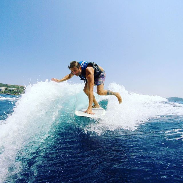 Wake surfing with @mlelekis @eaglespalace #exploreoutside #throwbacks #exploregreece
