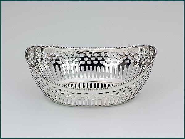 Zilveren bonbonmandje uit 1948 - Hollands zilveren bonbonbmandje  2e gehalte Afmeting 13,2 x 9,4 x 4,8 cm Gewicht 78 gram Jaarletter N = 1948 Meesterteken L. Marcelis - Schoonhoven