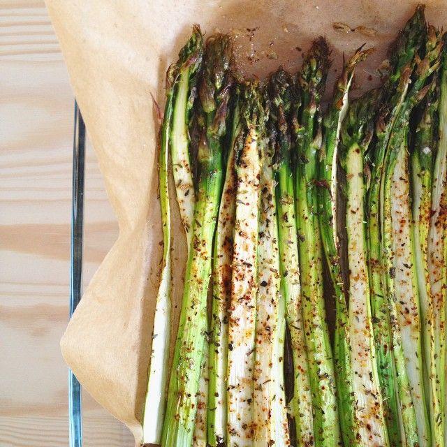 Asperges à la fleur de sel et au piment d'Espelette rôties au four. Ultra simple et délicieux 😋