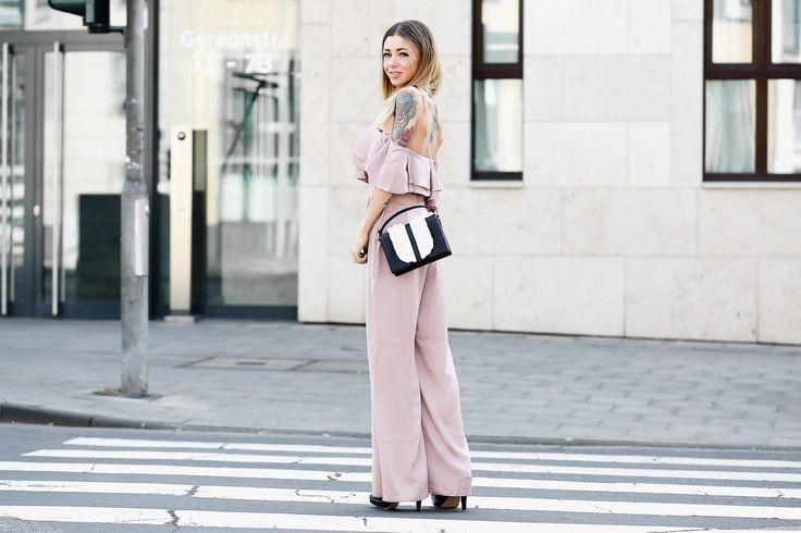 Outfit: Rosa Lipsy London Jumpsuit /w romantic Moschino Handbag   kommt jemand mit nach Venedig? http://minamia.de/outfit-rosa-jumpsuit-w-romantic-moschino-handbag/ // Fashionblog Köln / Streetstyle / Mode / Trends 2017 / Spring / Fashion / Outfit / OOTD /Summer / chic /Jumpsuit / Handbag