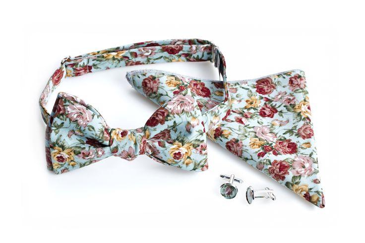 Niebieska mucha w kwiaty, poszetka i spinki do mankietów - dla modnego pana młodego :)