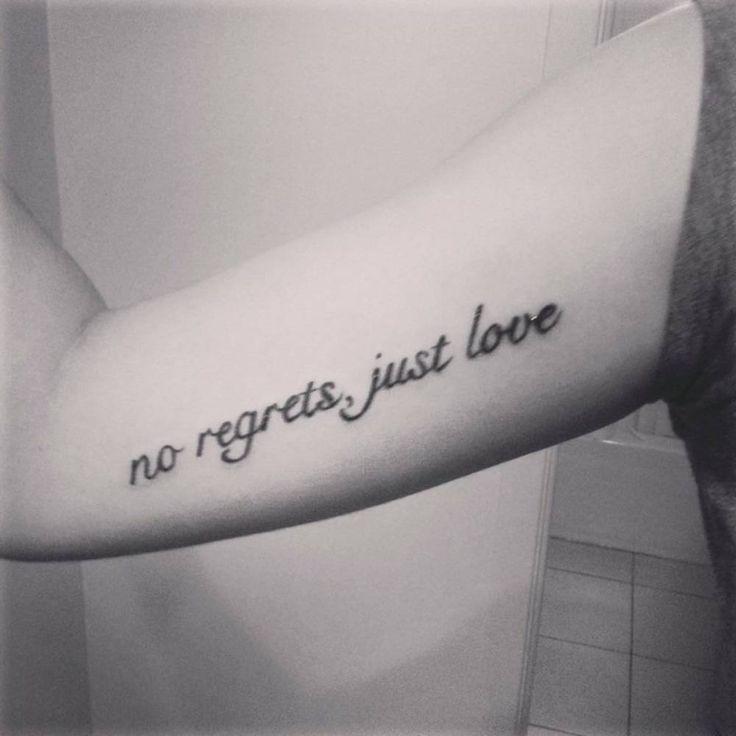 """Tatuaje que dice """"No regrets, just love"""" (""""Sin arrepentimientos, sólo amor"""") en el interior del brazo derecho de Saraje."""