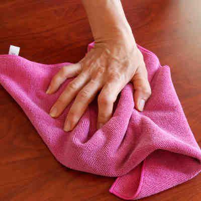 Es perfecto para limpiar sus muebles de madera para darles brillo. Las superficies de los muebles después de esta limpieza van a recoger mucho menos polvo y su casa estará limpia más tiempo. #limpieza #trucosdehogar #mueble