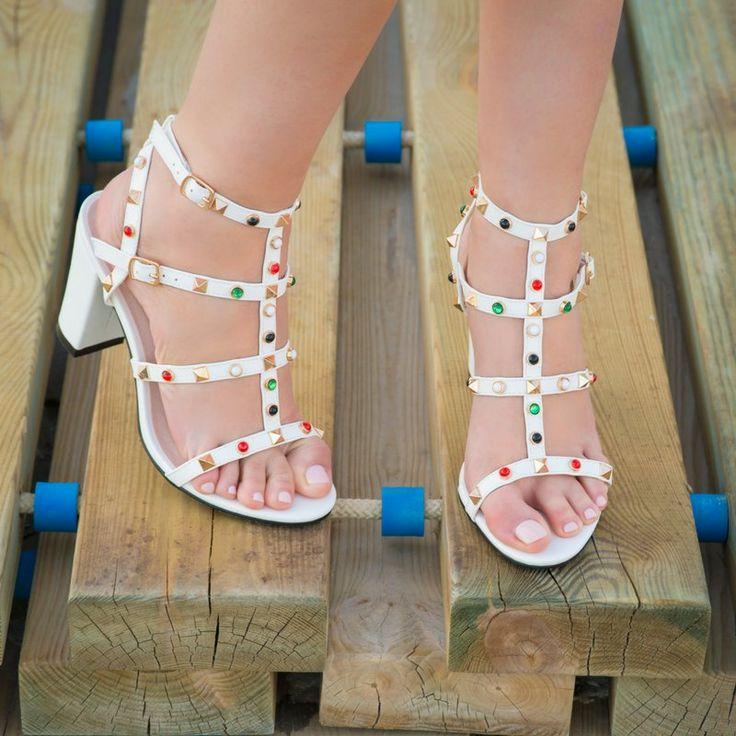👣👒👓ЗДОРОВЬЕ ВАШИХ СТОП: ГОТОВИМ НОЖКИ К БОСОНОЖКАМ Трещины на пятках, натоптыши и мозоли, огрубевшая кожа стоп - частые «последствия» зимней обуви. В ожидании скорого тепла мы уже готовим летнюю обувь и присматриваем новые босоножки. Однако неухоженные стопы и проблемы с кожей ног не только портят общую картину, но и создают угрозу здоровью. Поэтому самое время привести свои ножки в порядок и не забывать следить за ними целый год, а не только в теплое время года. Основные проблемы кожи…