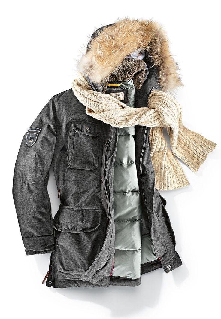 Herrlich leicht und warm: graue Daunenjacke von CAMEL ACTIVE mit vielen Taschen. Kapuze und Fell sind abnehmbar. Entdeckt bei HIRMER
