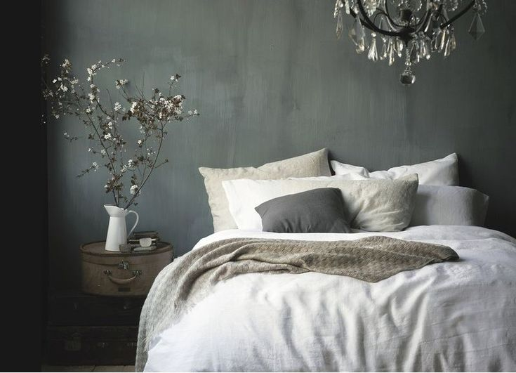 11 Schlafzimmer mit einer dunkel gefärbten Wand
