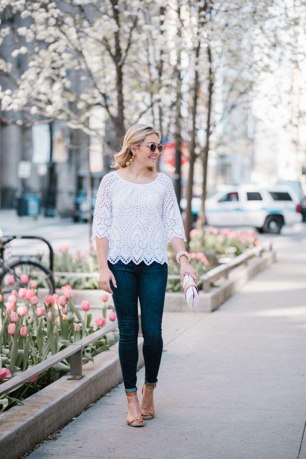 Чикаго блоггер луки и блестки носить белый Вайнярд Вайнс ушко топ с Call It Spring White Metal Кольце очки и заявление серьги Tuckernuck Кеннет Джей Лейн Gold.