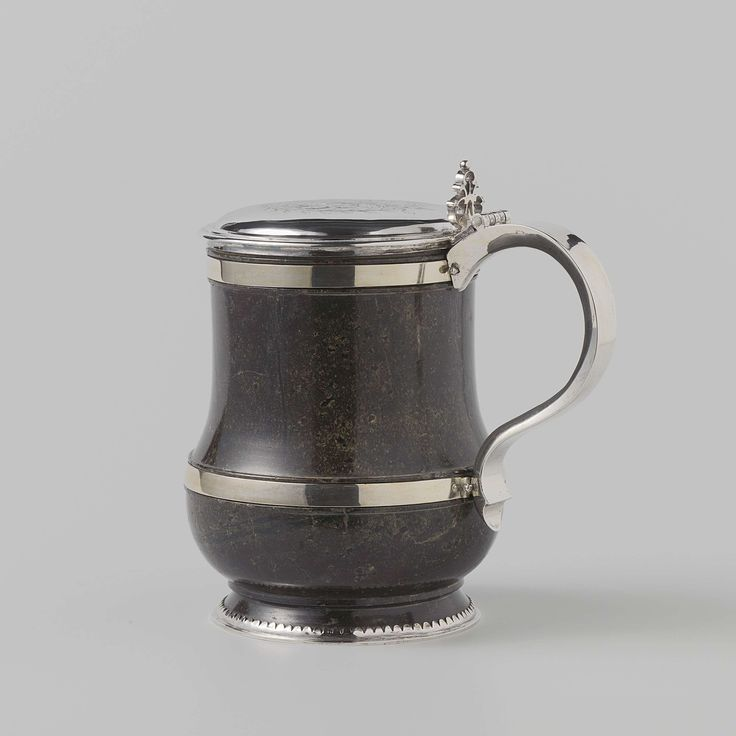 Anonymous | Bierpul, Anonymous, c. 1625 - c. 1675 | Bierpul van serpentijnsteen met zilveren deksel en oor. Om de voet een zilveren montuur, om het lichaam twee platte zilveren banden. Op het deksel is gegraveerd het wapen van Wassenaar (met hartschild Duvenvoirde) binnen een bladkrans. Vermoedelijk vervaardigd voor Arent van Wassenaar Duvenvoirde, Heer van Duvenvoirde (1610-1681) of diens zoon Jacob (1649-1707). Via de kleindochter van de laatste Jacoba Maria (1709-1771), gehuwd met…