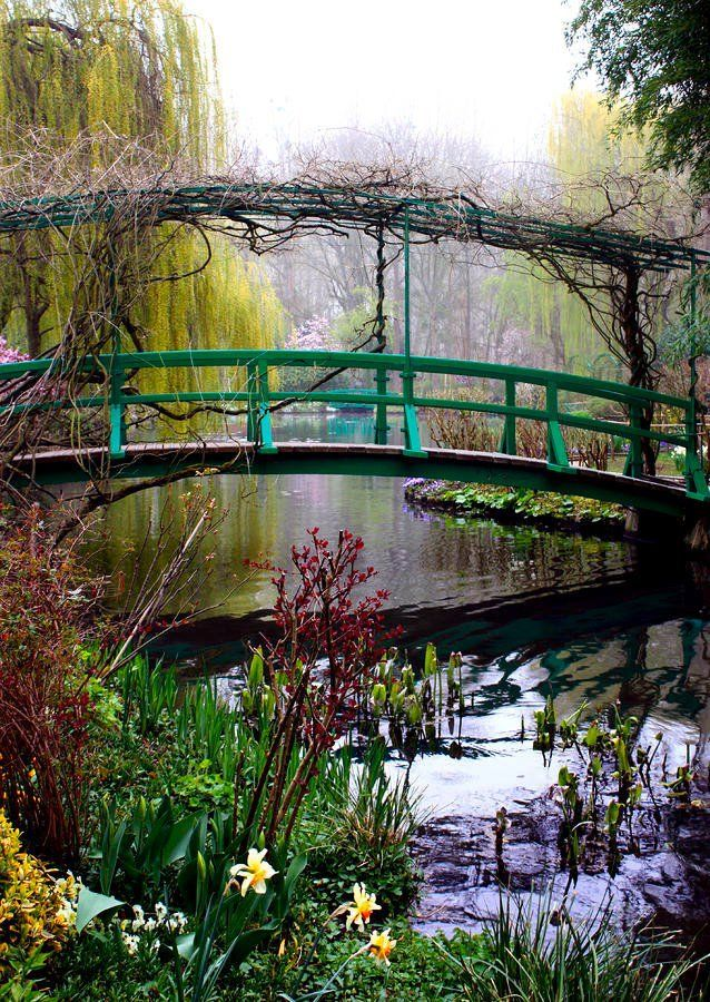 """Monet's Giverny Jardin, France - Le peintre est tombé fou amoureux de Giverny. Il y réalisa une peinture, un jardin de pétillant de fleurs qui fut son """"atelier"""" pendant la seconde moitié de sa vie !"""