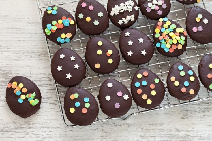 La ricetta dei biscotti uovo di Pasqua è realizzata con una fragrante frolla e una gustosa copertura di cioccolato fondente con dei decori in zucchero