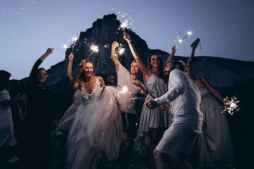 Живите кайфуйте наслаждайтесь и не забывайте хоть иногда смотреть на крутые моменты своими глазами а не только через камеру  советует всем нам автор снимка @berezhnov_photo. Canon EOS 5D Mark III EF 24-70mm f/2.8L USM Диафрагма: ƒ/2.8 Выдержка: 1/200 сек ISO: 3200 #CanonPhoto #CanonRussia #LiveForTheStory via Canon on Instagram - #photographer #photography #photo #instapic #instagram #photofreak #photolover #nikon #canon #leica #hasselblad #polaroid #shutterbug #camera #dslr #visualarts…