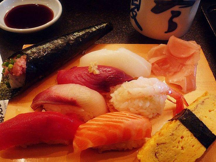 Suši (vidi sliku) je naziv za japansko jelo koje se sastoji iz dva suštinska dela: kuvanog pirinča sa dodatkom pirinčanog sirćeta (šari) i dodatka pirinču