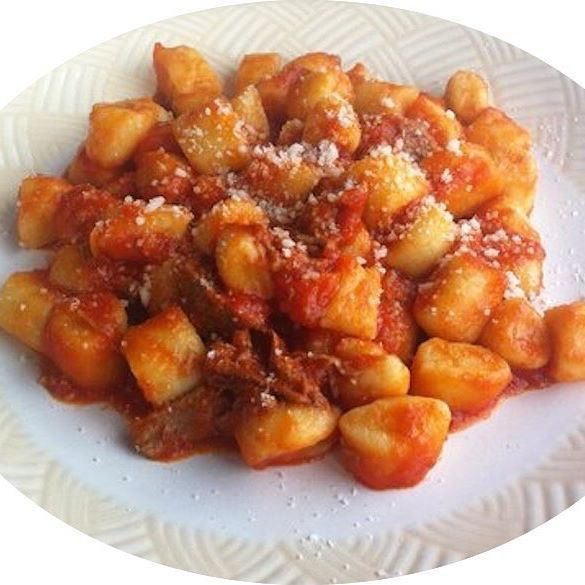 """⌚12:00 ~ BUON PRANZO ✰ con gli GNOCCHI CON SUGO DI PAPERA è un piatto tipico Umbro, preparato con patate rosse di Colfiorito, farina di grano tenero, sale, uova; per il sugo: papera di cortile in pezzetti, pomodori passati, sedano, carota, cipolla, olio extravergine di oliva, sale e pepe o peperoncino.  Sono un appassionato ricercatore e divulgatore """"NoProfit"""" della sorprendente varietà e bellezza del patrimonio gastronomico italiano, unico al mondo! #CucinaItaliana #ProdottiTipici #P..."""
