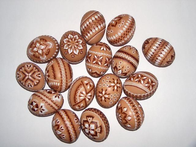 Spindlikovany. Brown eggs done in the drop-pull style. Nanášanie farebného vosku špendlíkovou hlavičkou