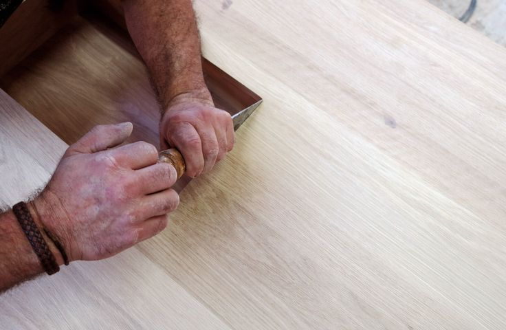 The last details are made by hand, with the knowledge of our craftsman experience. #wewood #desk #oak #crafstmanship #wood #care