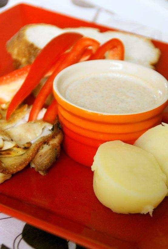 南米ペルーの味☆ピーナッツソース        ピリリと唐辛子がアクセントのピーナッツソース。温野菜や、グリルしたチキンに添えて召し上がれ♪ うさぎのシーマ     材料 (作りやすい分量)   赤唐辛子(大) 1本   ピーナッツ(無塩、ノンオイル) 約1/4カップ(50g)   牛乳(成分無調整) 1/2カップ    塩 少々   プレーンタイプのビスケット(マリーがお勧め) 3枚~   作り方    1    ピーナッツは、殻から出して、1/2カップ用意します。50g程になります。唐辛子は、種を除いて大まかに切ります。    2    ビスケットは、いつもマリービスケットを使っていました。 加えることで、程好い甘さとトロミ(濃度)をプラスします。    3    唐辛子、ピーナッツ、牛乳をFPで、滑らかに攪拌します。塩で味を調えます。    4    ビスケットを様子を見ながら加え、適度な濃度になるまで攪拌します。    5    ディップソースに丁度良いトロミ加減に仕上げます。    6    出来上がり☆  温野菜、チキン等にピッタリです。    コツ・ポイント…