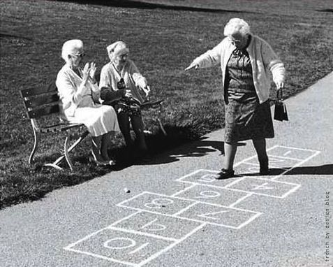 HOPSCOTCH = marelle - A tous âges! La marelle, hopscotch en anglais, remonterait au moins à l'antiquité romaine.