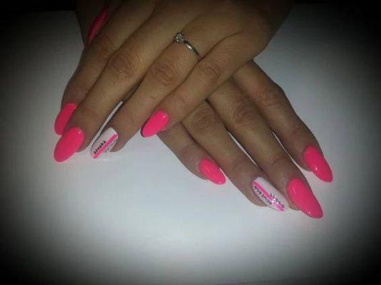 Neonově růžové špičaté gelové nehty
