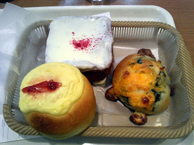 --Vie de France's (clockwise from bottom left) Strawberry Cheesecake Bread, Red Velvet Bread--first time I've had this flavor in Japan, and Cheesy Spinach Bread --ヴィ・ド・フランスの苺チーズケーキパン、レッドベルベットパンとほうれん草チーズパンです!