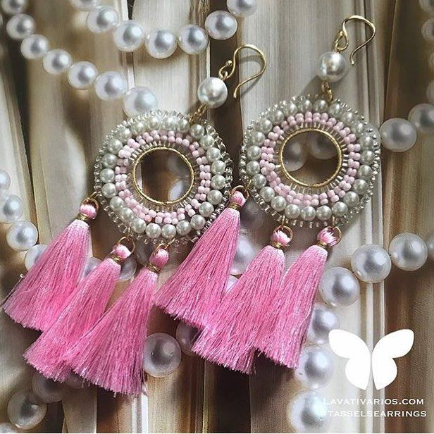 @lavativarios nos enamora con cada creación  esta combinación es delicada hermosa con perlas y tono rosa. Si te gusta este estilo no dejes de conocer lo nuevo: Instagram: @lavativarios  SHOP ONLINE: LAVATIVARIOS.COM . #tendencias #tasselearrings #pink #jewelry #handmade #designer #shop #instafashion #venezuela #hechoenvenezuela #diseñovenezolano #moda #ootd #outfit #DirectorioMModa #MModaVenezuela