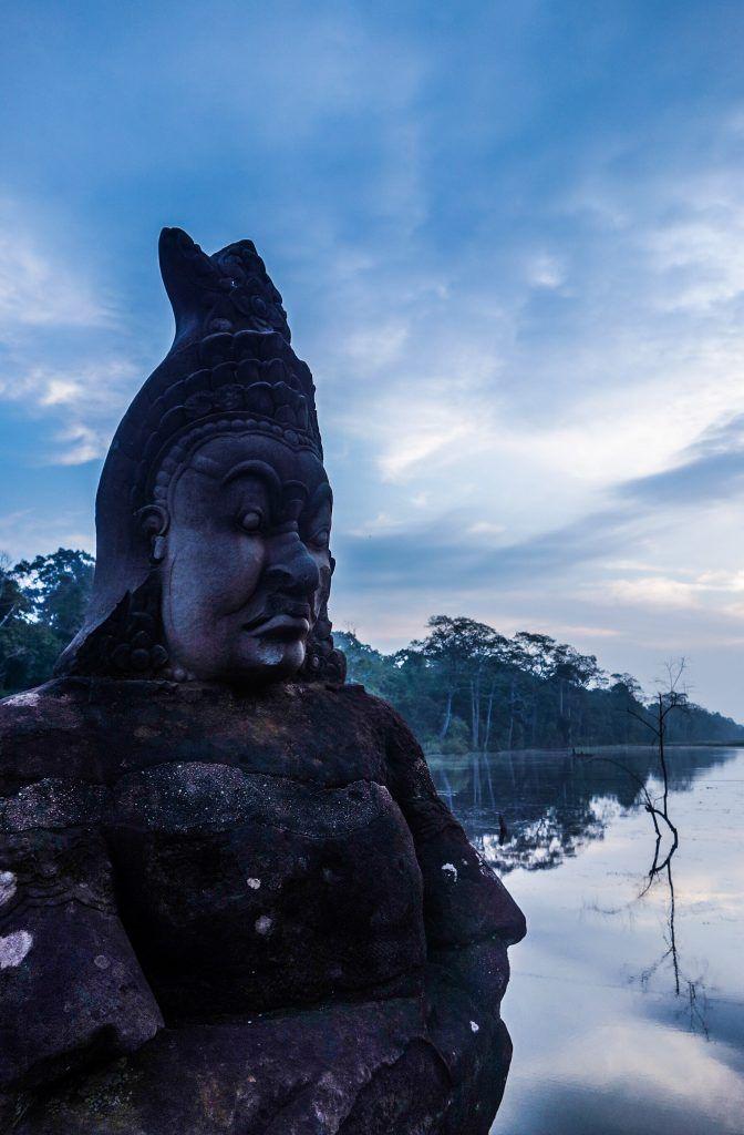 Lever du soleil sur le Bayon aux temples d'Angkor au Cambodge