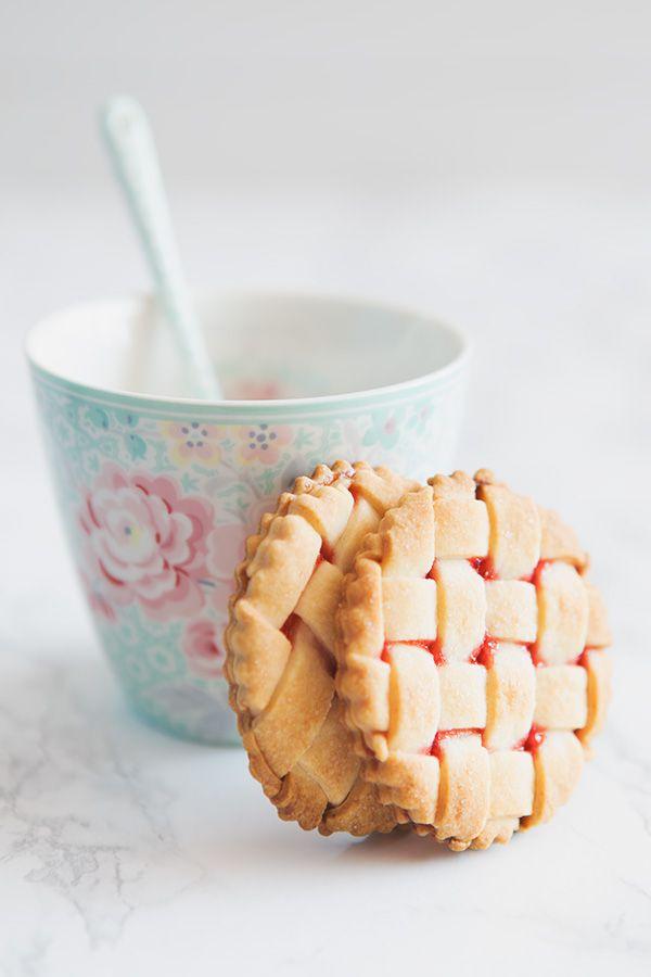 ¿A quién no le gusta una buena y deliciosa galleta para desayunar? Seguro que sois muy pocos los que decís que no a este pequeño dulce tan tentador. Se elaboran fácilmente con recetas muy sencillas y rápidas, y lo mejor es que hay una galleta para todos los gustos. Si tenemos un poco más de tiempo en la cocina, y por supuesto paciencia, estas galletas enrejadas de fresa son perfectas, porque además de deliciosas, ¡son muy bonitas! Tampoco se quedan atrás las típicas galletas florentinas…