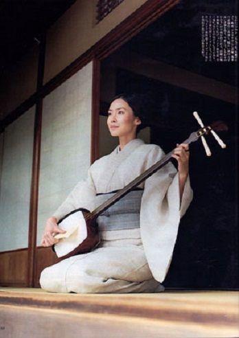 Japanese Actress, Miki Nakatani (中谷美紀) play the Japanese Traditional Instrument, Shamisen. (三味線)