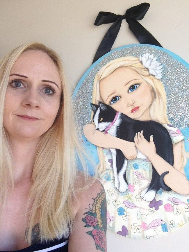 New Zealand Portrait and Animal Artist, Narina Bailey with painting, 'Mia and Poppy'. Featuring Black and White Cat, Poppy. (Pet Blog: www.petblog.co.nz)  #LoveCats #BlackandWhiteCat #CatPainting #Cat #PetBlog #NarinaBailey #NZArtist