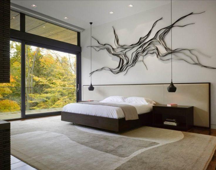 Warme slaapkamer met groot raam en organisch kunstwerk