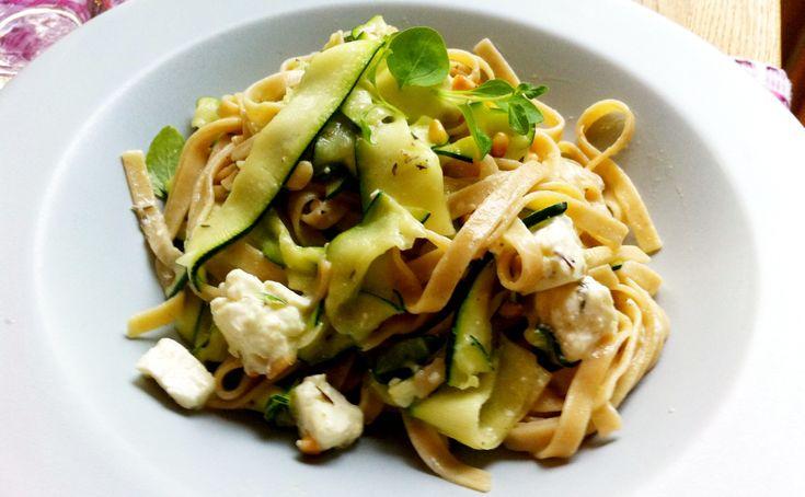 Tagliatelle med zucchini och fetaost | Jävligt gott - en blogg om vegetarisk mat och vegetariska recept för alla, lagad enkelt och jävligt gott.