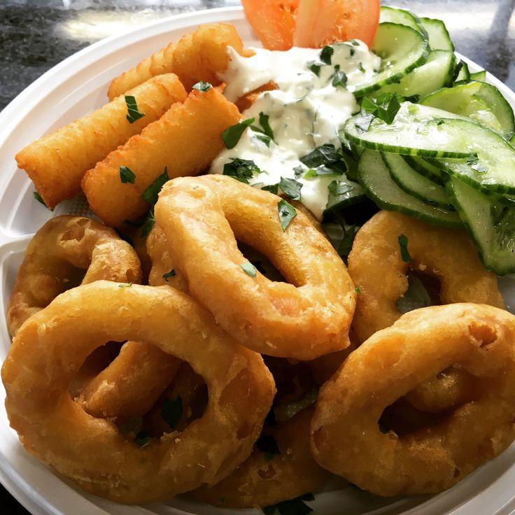 Tintenfischringe mit Joghurtdip dazu Kroketten und Salat