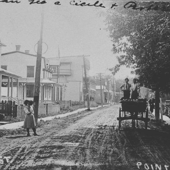 La rue Principale du Village de Pointe-Claire vers 1905. Depuis cette rue a été renommée certains l'appellent Bord-du-Lac d'autres Lakeshore mais le nom officiel de la rue est le Chemin du Bord-du-Lac-Lakeshore. Donctoutle monde est content! . Collection Michel Bazinet BAnQ 0002632970 . . #514 #mtl #yul #montreal #montréal #montréaljetaime #streetsof514 #montreallife #cinqcentquatorze #mtlmoments #375mtl #archives #history#archivesmtl #vintage #pointeclaire #westisland #wasteisland