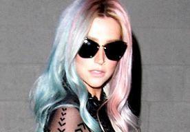 20-Oct-2013 10:24 - KESHA MET BLAUWE EN ROZE LOKKEN. Dat de haarkleur niet gek en kleurrijk genoeg kan, bewijst onder andere Kelly Osbourne met haar paarse hairdo. Ook Kesha is in de kapperstoel gedoken en heeft haar blonde lokken omgeruild voor een edgy blauw-met-roze coupe.