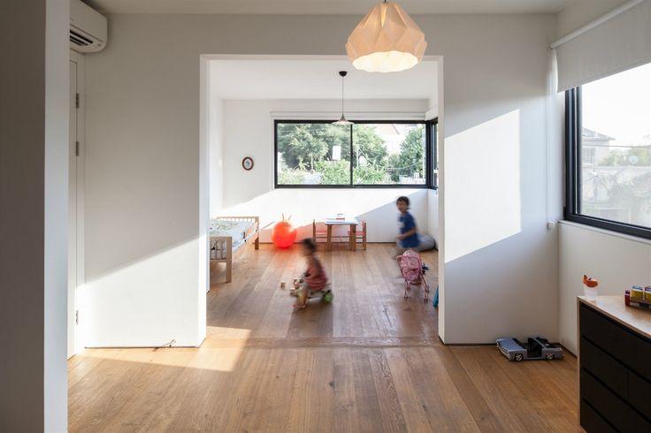 Dětské pokoje jsou nyní propojené. V budoucnu je přepaží jednoduchá příčka, která zajistí dětem soukromí.