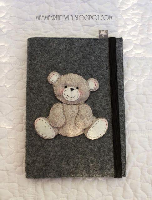 Ręcznie szyta okładka na zeszyt z filcu z misiem. Handmade felt notebook cover with Teddy Bear