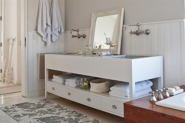 10 propuestas para la bacha del baño  Un gran mueble para dos personas combinado con grifería antigua y el revestimiento de machimbre dan un aire campestre a este espacio