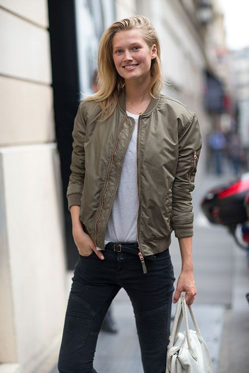 Den Look kaufen:  https://lookastic.de/damenmode/wie-kombinieren/bomberjacke-t-shirt-mit-rundhalsausschnitt-enge-jeans-shopper-tasche-guertel/1463  — Olivgrüne Bomberjacke  — Graues T-Shirt mit Rundhalsausschnitt  — Schwarzer Ledergürtel  — Schwarze Enge Jeans  — Weiße Shopper Tasche aus Leder