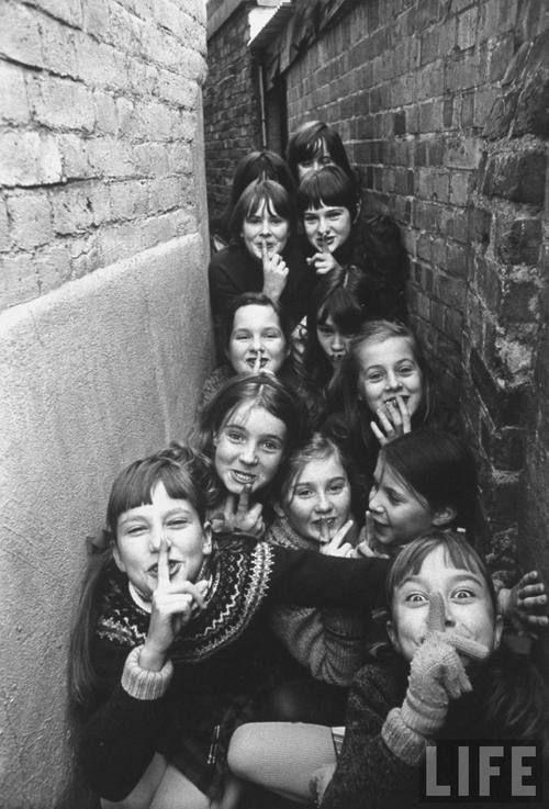 茶目っ気たっぷりな表情が狭い空間にたくさん。良い写真だなぁ British children playing outdoor games in London suburbs, 1970, Terence Spencer. LIFE