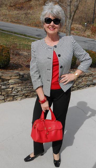 A moda pro trabalho da mulher 50 + pode seguir um caminho bem interessante: você pode lançar mão de acessórios fáceis e divertidos no seu dia a dia.
