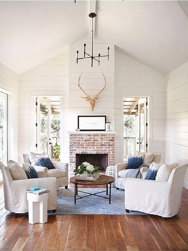 wohnzimmer country weiße möbelbezüge dielenboden kamin spitzdach