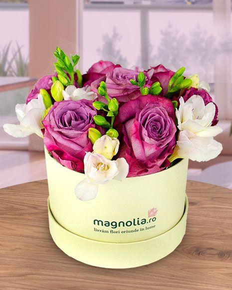 Aranjament floral în cutie cu trandafiri roz si frezii albe.  Pink roses and white freesias flower arrangement.