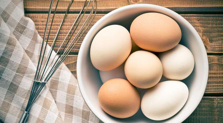куриные яйцаТеперь разберемся с категориями – второй частью нашего шифра. Она говорит о массе яйца. Начнем с самых мелких – от 35 до 44,9 грамма – это третья категория, вторая – от 45 до 54,9 грамма, крупные яйца весом от 55 до 64,9 грамма – первая категория. Самые большие – весом от 65 до 74,9 грамма – попадают в категорию «отборных», обозначаемых буквой «о».