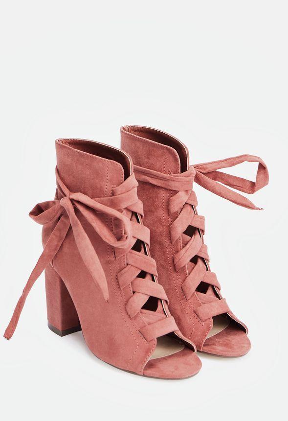 Eleva tu estilo a la máxima potencia con estos preciosos botines de tacón ancho, puntera abierta y detalle en forma de lazada....