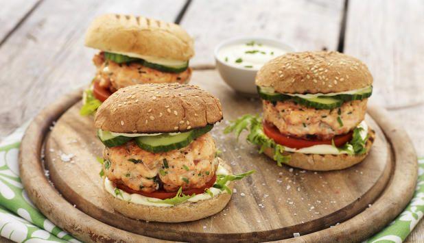 Lakseburger er en favoritt hos barn og voksne. Det er en enkel og sunn oppskrift som du kan steke både på grillen og i stekepannen.