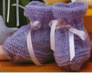 BY:   Marta Filomena Carvalho Simões      Material:  100 g de lã própria para bebê na cor lilás. Fita de cetim com 0,5 cm de largura. ...