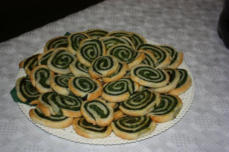 Le girelle di pasta sfoglia ricotta e spinaci sono un ottimo antipasto, vanno bene sia per i buffet che per un semplice aperitivo tra amici.